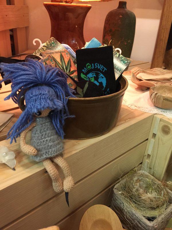 Kvačkana punčka z modrimi laski