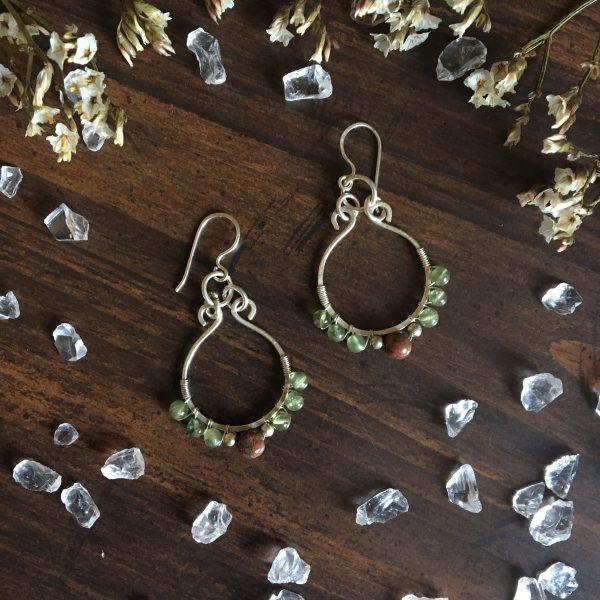 Okrogli viseči uhani – Peridot in Unakite