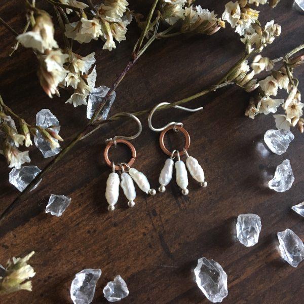 Mini bakreni uhani s perlami